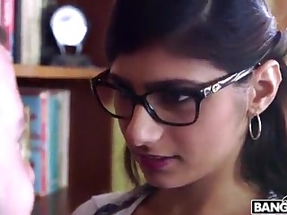 BANGBROS - Mia Khalifa is Helter-skelter and Sexier Than Ever! Run in It Out!