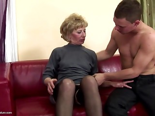 Comely mother gets anal sex coupled with pissing from lass
