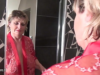 Mature slut mother with saggy tits pulling a bath
