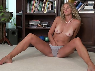 Skinny tow-headed mature bungler Brenda strips increased by pinches her nipples