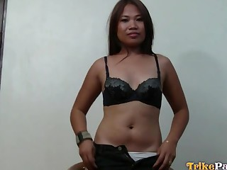 Making grimaces emotional Asian slut Genie gets pounded doggy hard